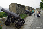 마카오를 굽어보는 몬테요새의 400년전 대포들.