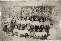 빛바랜 사진 속 1920년대 마산의 소녀들과 청년들