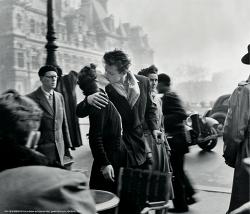 로베르 두아노의 사진 세계를 담은 다큐 파리 시청 앞에서의 키스를 찍은 키스
