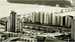 흑백으로 보는 한낮의 도시풍경