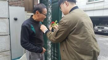 어버이날 꽃 달아드리기