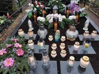 11월 1일은 촛불과 화초로 수놓은 묘지가 불야성