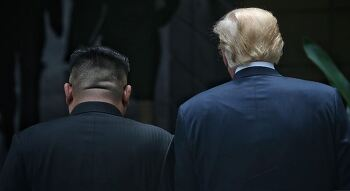 김정은-트럼프, 실제로 이랬을 리는 없지만