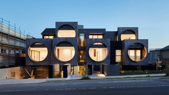 *전면 원형창을 통해 전통주택의 현대적 재해석-[ BKK Architects ] Huge porthole windows bathe Melbourne apartments