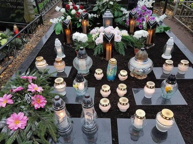 11월 1일은 촛불과 화초로 수놓은 묘지가 불야..