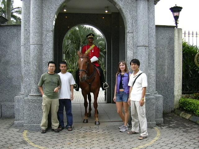 2003년 1월 12일 국제유학생을 위한 INTI의 쿠알라룸프(KL) 투어 때 친구들과 찍은 사진