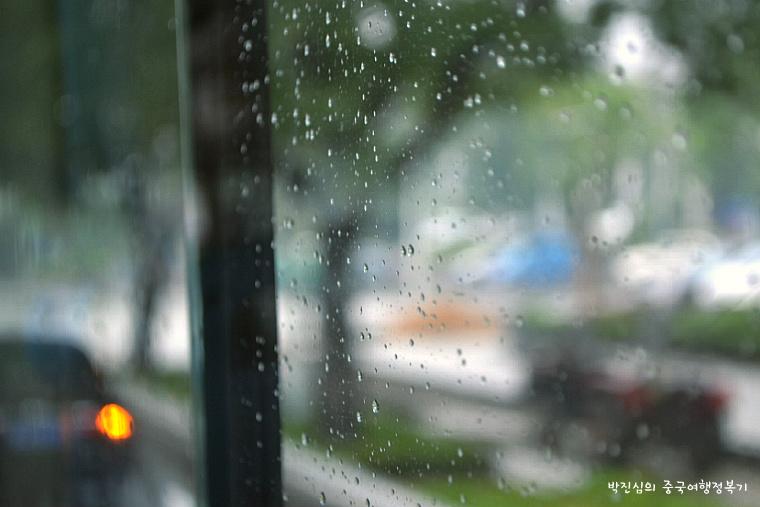 ▲ 태산 홍문(红门)으로 가는 버스 안. 창 밖에는 비가 부슬부슬 내리고 있었다.