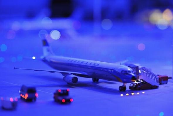 항공기와 주변 조업 차량과 장비들