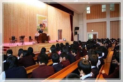 강당에 모여 열심히 강연을 듣고 있는 학생들
