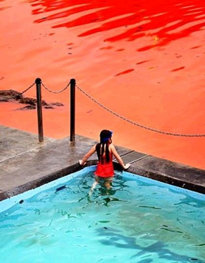 호주 핏빛바다, 수영장에서 바라보는 소녀