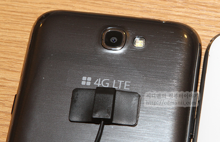 갤럭시 노트2 후기, 갤럭시 노트2 사용기, 사용기, 후기, IT, Galaxy Note II, SHV-E250S, 갤노트2, 갤노트2 후기, 모바일, 스마트폰, 삼성, SAMSUNG, 리뷰, 스펙, 화면 사이즈, 무게,삼성 갤럭시 노트2를 미디어데이에서 사용해보고 왔습니다. 갤노트 보다 화면은 좀 더 커졌는데 손에 쥐어보니 그렇게 큰 느낌은 들지 않더군요. 이번 갤럭시 노트2 후기에서는 사진도 많이 올리겠지만 동영상으로도 자세히 설명 후기가 있으니 참고해서 꼭 보시기 바랍니다. 글로 표현하기 힘든 부분도 있으니까요. SHV-E250S 이외에 유플러스용 KT용도 사용해 보았는데 기본적으로 따로 올려진 앱들을 제외하고 살펴보면 듀얼스크린으로 2가지 앱을 화면을 나눠서 쓸 수 있던점. 그리고 2개의 공간을 크기를 조정가능하다는점이 매우괜찮았고, 멀티 윈도우를 이용하여 여러가지 앱을 신속하게 띄울 수 있다는점이 괜찮았습니다. 갤럭시 노트2를 계속 만져보고 사용해보면서 펜이 좀 괜찮다는 느낌이 많이 들었는데요. 기능도 많이 부여가 되었습니다. 버튼을 누른상태로 위로 올려서 빠른 실행을 시킬 수 있는점과 화면을 부분 캡쳐 후 바로 여러가지 앱과 연동하여 사용할 수 있는점도 맘에 들었습니다. 이번에 젤리빈으로 업데이트가 되면서 DMB 팝업과 동영상 팝업 플레이에서 동영상 크기를 조정가능하게 변경된 점도 미리 아시는분이 많겠지만 괜찮은점이 되겠네요. 이 외에도 차단모드 및 다소의 환경설정의 메뉴들에 변화가 있었습니다. 그럼 좀 자세히 살펴보겠습니다.