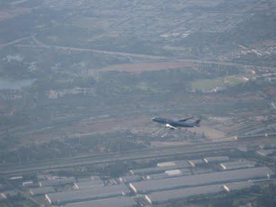 실제 목격한 비행기는 아니지만 이렇게 주변 비행하는 항공기를 찾는다.