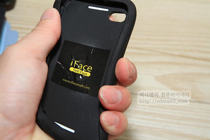 아이페이스 퍼스트 클래스, 아이페이스 퍼스트 클래스 아이폰4S 케이스, iFace First Class,IT,아이폰4S 케이스,IT 제품리뷰,리뷰,케이스 후기,아이페이스 퍼스트 클래스 아이폰4S 케이스를 소개합니다. iFace는 충격을 잘 보호하는 케이스를 만드는 곳으로 유명한데요. 아이폰 케이스는 물론 안드로이드 스마트폰 케이스까지 다양한 제품을 출시하고 있으며 최근에는 무늬를 넣은 독특한 케이스도 출시했습니다. 아이페이스 퍼스트 클래스 아이폰4S용은 아이폰4와 아이폰4S에 모두 장착이 가능합니다. 가운데 허리 부분은 조금 잘록하게 들어가 있으며, 위와 아래 부분은 조금 튀어나와 있어서 전체적으로는 오뚜기 모양처럼 생겼는데요. 그립감을 좋게 하면서도 충격보호를 하기 위해서 이런 디자인이 되었습니다. 이제는 iFace 하면 이 디자인이 먼저 떠오를 정도인데요. 그래서 멀리서 보더라도 케이스 형태만 보면 아이페이스 퍼스트 클래스라는 것을 바로 알 수 있죠.   일반적인 케이스들도 케이스가 없는 형태보다는 확실히 떨어뜨렸을 때 스마트폰의 외형을 잘 보호해줍니다. 화면이 깨지는것을 보호하는것은 물론 다시 밟더라도 깨지는것을 막아주죠. 아이페이스 퍼스트 클래스는 2개의 서로 다른 재질을 덧대고, 충격을 보호해줘야할 모서리 부분에 쿠션을 많이 넣어서 전체적으로 둥근 모양이 될정도지만 충격 보호 효과에 대해서는 확실합니다. 집어던져도 깨지지 않을정도로 이부분은 대단한데요. 디자인이 어떻게 생겼고 실제로 느낌은 어떤지 살펴보도록 하겠습니다.