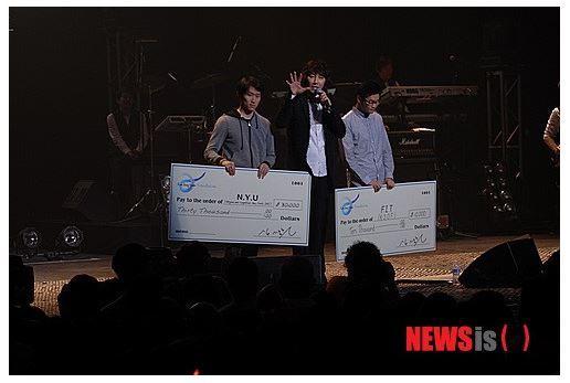 2013년 5월 뉴욕공연당시 김장훈씨가 NYU학생회에 3만달러, FIT학생회에 만달러를 기부하고 있다.