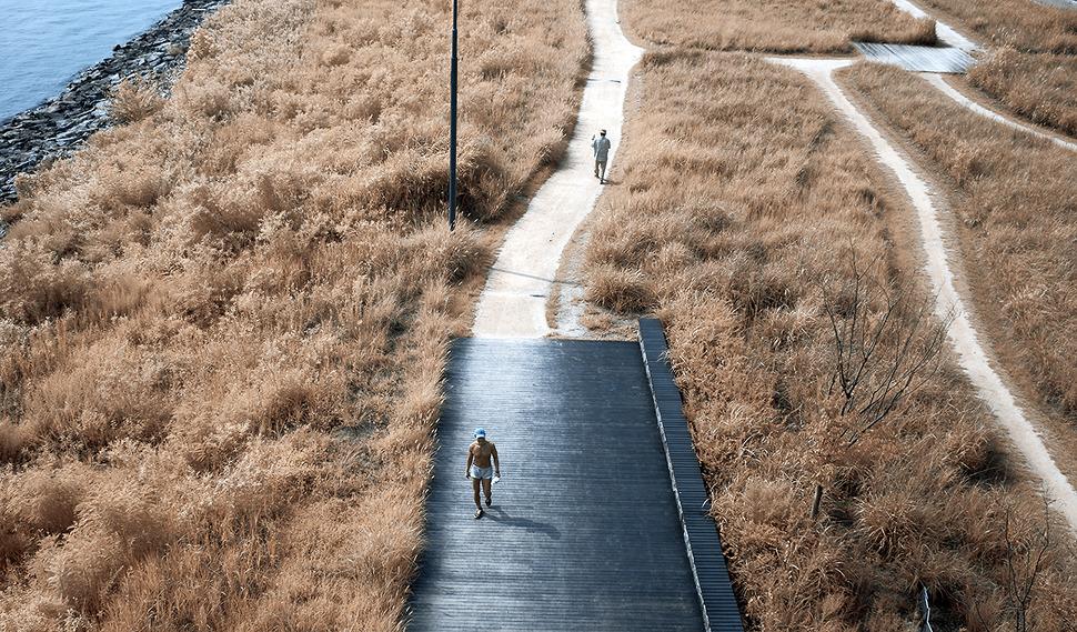 한강공원을 웃통벗고 걷고있는 아저씨가 담겨있다^^