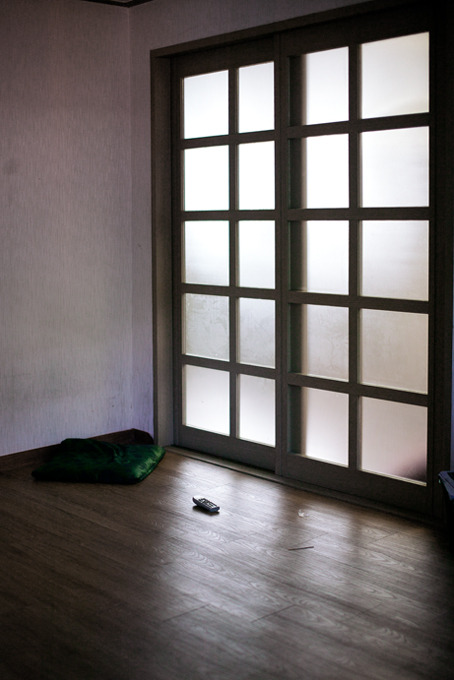 텅빈방안에 리모컨만 덩그러니 놓여있는 할아버지방 사진.