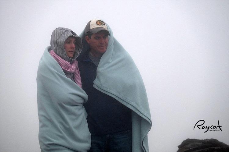 추위를 피하고 있는 사람들
