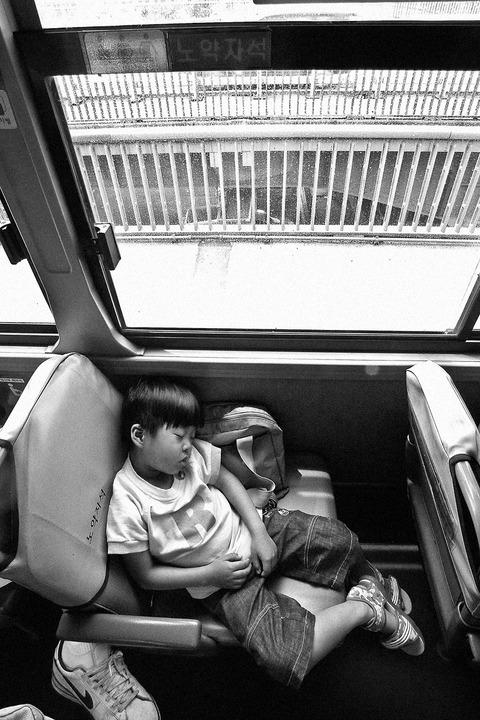 어린아이가 노약자석에 앉아 곤히 잠들어있는 사진.