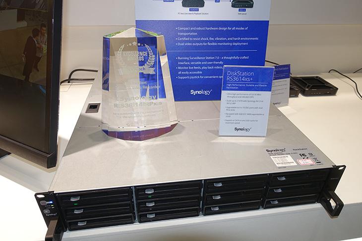 시놀로지 컴퓨텍스 2015 ,신제품, 라우터 RT1900ac, RC1815xs+,시놀로지, 컴퓨텍스 2015 ,computex,computex 2015,대만,타이페이,IT,IT 제품리뷰,후기,사용기,시놀로지 컴퓨텍스 2015 부스에 다녀왔습니다. 신제품 라우터 RT1900ac 와 RC1815xs+ 등 여러가지를 전시해놓고 시연하고 있었는데요. DS415+ 제품은 베스트 NAS 제품으로 선정이 되기도 했네요. 점점 데이터를 직접 보관하고 관리하기를 원하는 유저 덕분에 시놀로지 컴퓨텍스 2015 부스에는 여러가지 제품들을 체험하려는 분들로 북적였습니다. 카테고리 별로 나눠서 각각 시연되는것을 직접 볼 수 있도록 부스를 꾸며놓아서 개인적으로는 좋았습니다. 설명을 도와주는 분들도 많았구요. DS2015xs 같은 제품들도 전시가 되어있었고 기업에서 사용될만한 제품들도 전시가 되어있었습니다. 시놀로지 NAS로 데이터만 저장하는 용도로 사용하기에는 뭔가 아깝죠. CCTV를 연결하거나 영상용 저장장치용으로 사용하는 모습들도 시연해두어서 체험해볼 수 있었습니다. 정말 여러개의 CCTV를 연결해놓고 동시에 녹화를 하고 활용할 수 있었습니다. 그럼 시놀로지 컴퓨텍스 2015 부스를 둘러본 내용을 올려보겠습니다.