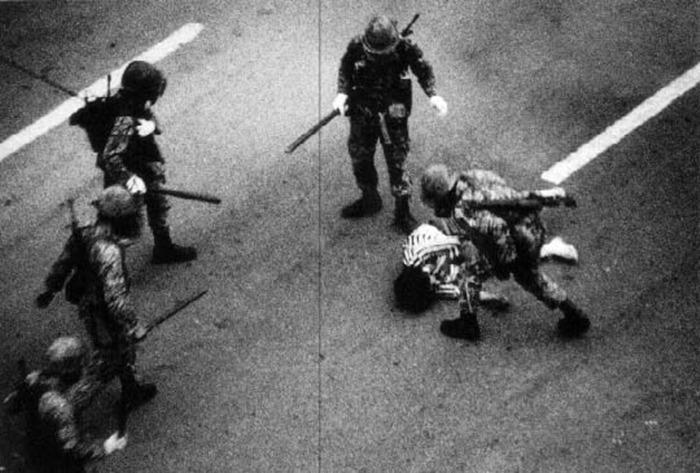 사진: 신군부의 계엄군은 공수부대가 북한군이 아닌 시민과 싸우게 하였다. 민주화 운동 중 구타를 당하는 장면. [안병하 경찰국장과 5.18 광주 민주화 운동]