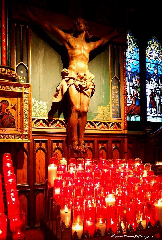 십자가에 못 박힌 예수님입니다