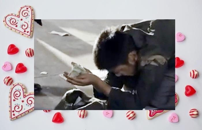 사진: 영화 철가방 우수씨의 한 장면. 중국집 배달원 김우수는 어린 시절을 구걸로 살았던 기억으로 추억한다. [기부 천사 김우수와 어린이재단]