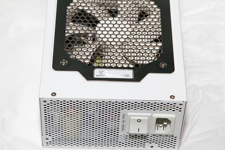 시소닉 파워, SnowSilent 1050W, 전압 ,소음, 벤치마크,IT,IT 제품리뷰,명성에 걸맞는 제품이었는데요. 전기적 특성도 좋고 소음도 없는 그런 제품이죠. 시소닉 파워 SnowSilent 1050W 전압 소음 벤치마크를 해 봤습니다. 새로 영입한 측정기를 이용해서도 측정을 해 봤는데요. 이 파워서플라이가 좋긴 하네요. 시소닉 파워 SnowSilent 1050W 전압 소음은 나무랄곳이 없었습니다. 전압은 무척 깔끔하게 유지가 되고 너무 낮게 나오거나 높게 나오지 않았습니다. 팬은 하이브리드 모드로 동작시에는 거의 무소음 모드로 사용이 가능 했습니다.