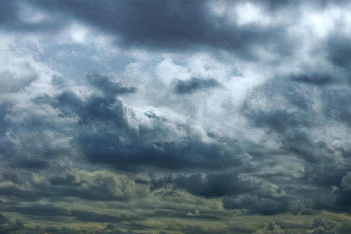 회색빛 하늘에 먹구름 자욱히 깔려있고 그 뒤로는 덜 무거운 흰색구름이 깔려있어 구름이 입체감있게 보여지는 사진이다.