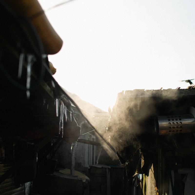 허름한 지붕에는 고드름이 잔뜩 열려있고 배연구에서는 더운 김을 내뿜고있다.