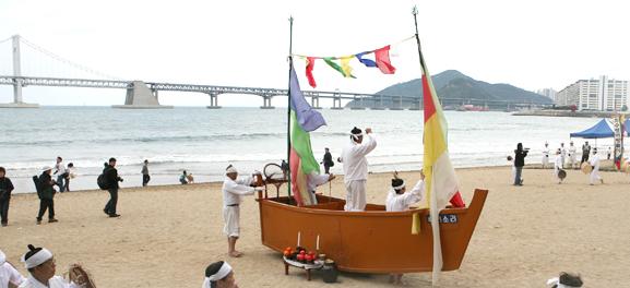 광안리어방축제 : 꿈과 낭만이 넘치는 광안리해수욕장에서 개최되는 봄의 향연~ 바다·활어·벚꽃이 어우러지는 축제