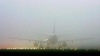 안개는 비행기 운항에 치명적 제한을 준다..
