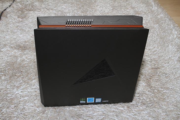 ASUS ,ROG GR8 II,T097Z, 게이밍, 미니PC,IT,IT 제품리뷰,고성능 게이밍 PC 중에서 좀 크기가 작습니다. 슬림은 아니고 미니피씨인데요. ASUS ROG GR8 II-T097Z 게이밍 미니PC를 소개 합니다. 데스크탑에 비해서 작은 사이즈 이지만 사양은 상당히 훌륭 합니다. ASUS ROG GR8 II-T097Z 게이밍 미니PC는 i7 7700 프로세서에 램은 32GB가 사용됩니다. 그래픽카드는 Nvidia GTX1060이 사용이 됩니다. 무선랜에 블루투스 HDMI DP 포트를 지원하는 등 크기는 작지만 사실 있을 것은 다 넣은 모델 입니다. 저장장치도 M.2 SSD 512GB 와 하드디스크까지 추가된 모델입니다.