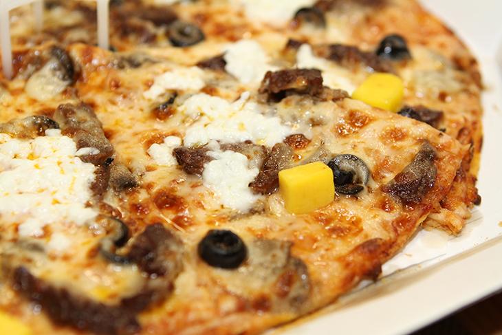 도미노피자 메뉴추천, 마이키친 피자 내맘대로 직접 고르기,도미노피자 마이키친,마이키친,치즈불고기씬피자,피자,피자만들기,도미노피자,마이키친앱,도미노피자 메뉴추천 글 보실때마다 고민이시죠? 마이키친 앱이 나왔는데요. 이것을 이용하면 도우와 토핑을 내맘대로 직접 골라서 피자를 만들어 주문할 수 있습니다. 피자 주문할 때 이건 넣고 이건 빼주시고 이렇게 말했던 분들도 있을텐데요. 저는 그렇게 안까다롭니다. 그런 분들은 도미노피자 메뉴추천 글에 있는 메뉴 외에 직접 골라서 주문이 가능하니 이것을 써서 주문해보면 좋습니다. 저도 마이키친을 이용해서 주문을 해 봤습니다. 제가 먹고 싶은 도우를 선택하고 소스를 선택하고 토핑도 제 맘대로 먹고싶은대로 골라서 주문을 해 봤습니다.마이키친 앱에서는 도미노피자의 새로나온 피자도 주문이 가능하고 자신이 원하는대로 피자 토핑을 선택해서 주문도 가능합니다. 그리고 다른사람들이 직접 만든 피자도 감상하고 주문도 가능합니다. 저는 씬도우에 버섯,올리브,프리미엄불고기,커티즈생치즈,페퍼고다치즈를 올려소 치즈불고기씬피자를 만들어봤는데요. 제가 만든 메뉴도 앱에서 확인이 가능합니다. 그럼 만들어볼까요?