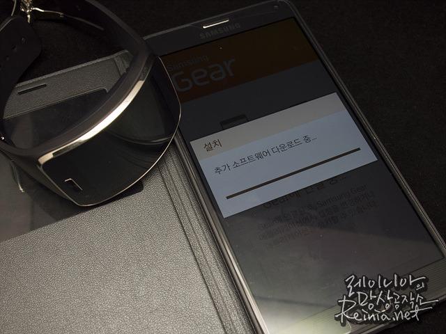 삼성 기어S 추가 소프트웨어 다운로드 중