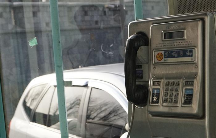 사진: 근래의 공중전화의 모습. 다이얼이 아니라 톤방식의 전화 걸기이다. 알몬 스트로저의 다이얼 전화기는 한 번호마다의 펄스가 지정되었지만, 버튼을 누르는 톤방식은 가로 세로의 이중 전자파를 발생시켜서 번호를 보낸다. [스트라우저식 전화기의 역사]