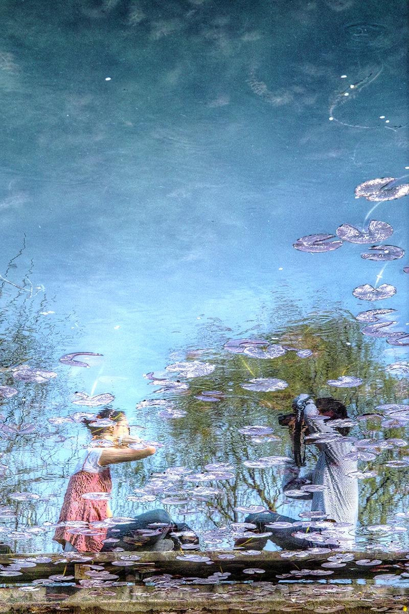 연못에 비친 데이트나온 연인들. 서로 사진찍고 노는 모습이 이쁘다.