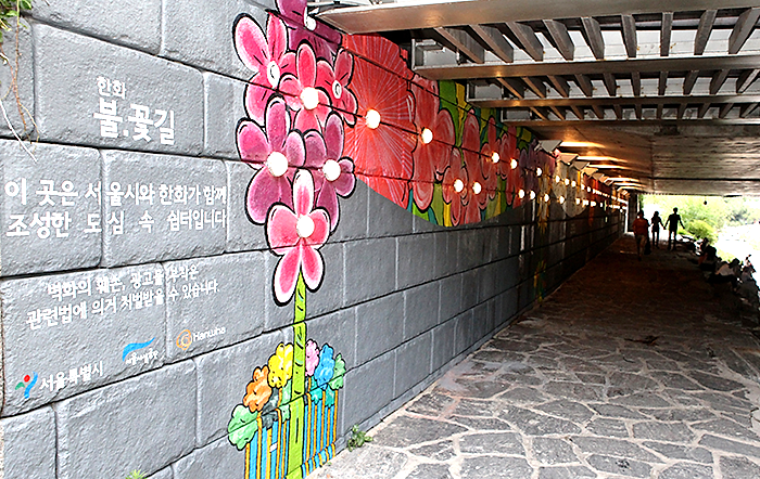한화, 한화그룹, 한화데이즈, 한화블로그, 한화데이즈 블로그, 한화그룹 블로그, 벽화, 서울 벽화, 서울 벽화 명소, 데이트하기 좋은 장소 추천, 서울 데이트 명소, 서울 데이트하기 좋은 곳, 가을 데이트 명소, 가을에 데이트하기 좋은 곳, 서울 가을 데이트, 가을 데이트 코스, 가을 데이트장소, 가을데이트장소추천,  서울 데이트하기 좋은 곳, 데이트하기 좋은장소, 데이트하기좋은곳, 청계천 데이트, 청계천, 한화 썸타는 계단, 그린라이트, 이대 데이트 명소, 이대 데이트 코스, 썸타는 계단, 염리동 소금길, 소금길, 소금길 벽화, 소금길 데이트, 이대 벽화마을, 이화동 벽화 마을, 벽화 마을 추천, 날개 벽화, 럽스타그램, 이화동 벽화마을 날개, 서울 사진찍기 좋은 곳, 사진찍기 좋은 곳, 한화 불꽃길, 불꽃길, 삼일교 한화 불꽃길, 청계천 삼일교 한화 불꽃길, 광복 70주년, 문래동 예술촌, 강풀 만화거리, 문래 창작촌, 소망의벽