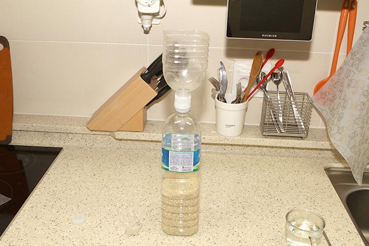 민감한 센서등, 가림막 만들기, 쌀 피트병 쉽게 넣기,IT,물라스틱,탑쓰리디,민감한 센서등 가림막 만들기 쌀 피트병 쉽게 넣기 이 두가지를 해 보려고 합니다. 여기에 사용할 것은 탑쓰리디 물라스틱 입니다. 물라스틱은 뜨거운 물에 넣으면 말랑말랑한 껌처럼 변하지만 굳으면 단단한 플라스틱이 되는 신기한 물건 입니다. 이것을 이용해서 민감한 센서등을 조금 둔감한 센서등을 만들어보죠. 현관 바로 앞에는 작은 방이 하나 있습니다. 그런데 그 방에 들어가거나 화장실에 갈때면 센서등이 민감해서 LED가 켜질 때가 있습니다. 물론 LED 이므로 수명도 길고 전력소모량도 걱정할 수준은 아니지만 계속 켜졌다가 꺼졌다가 반복하니 불편하더군요. 그래서 센서등 앞부분에 작은 가림막을 만들어서 현관에 나갈 때나 들어올 때에만 빛이 들어오도록 했습니다. 처음에는 작은 종이를 붙여서 해결했지만 물라스틱으로 그부분을 딱 맞게 맞춰서 가려서 사용을 해 봤습니다.이 외에 쌀을 피트병에 넣어서 보관하면 관리도 편하고 좀 더 오래보관할 수 있는데요. 처음에 쌀을 파티병에 넣을 때에는 깔대기가 필요합니다. 이 깔대기를 저는 다른 파티병 상단 부분을 잘라서 만들었었는데요. 혼자서도 쌀을 넣을 수 있도록 입구가 서로 결착되도록 만들었죠. 다만 테이프를 이용해서 고정해서인지 좀 깨끗하지 않고 지저분했습니다. 이것을 물라스틱으로 깔끔하게 서로 고정을 해 봤습니다. 이 외에도 물라스틱을 이용하면 파손된 부분을 매꾸거나 또는 노출된 전선 부분을 감싸서 안전하게 만들거나 하는 등 다양하게 활용할 수 있었습니다.