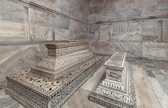 사진: 세계 7대 불가사의 타지마할 묘지. 왕과 왕비의 묘지는 지상에 가묘가 있고 지하에 진짜 관이 따로 있다. 고급 대리석으로 되어 있다. [인도의 타지마할 뜻 : 마할의 왕관]
