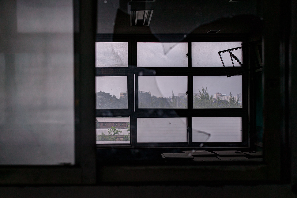 깨진유리 사이로 보이는 오래된 교실