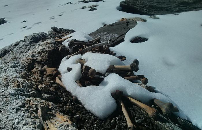 사진: 아직도 해골호수의 미스터리는 여전하지만, 우박으로 인해 집단 사망사건이 생긴 것으로 보고 있다. [인도 루프쿤드 호수]