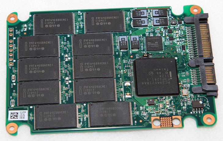 SSD 수명, 게임, 하드디스크 설치, SSD 최적화, SSD 실제 수명, SSD 고장, SSD, 윈도우7, 윈도우8, IT, SSD 수명에 걱정이되어서 게임을 하드디스크 설치하는 분도 꽤 많을 것입니다. 초반에 SSD 안정성에 대한 대응으로 최적화에 대해서 너무 민감한 글들이 많아서 걱정을 하고 그러게 하는것일텐데요. SSD 수명은 생각보다 그렇게 걱정할만한 수준은 아닙니다. 지금 잘나가는 인텔SSD와 삼성SSD 경우에 128GB 용량의 경우 300TiB 수명을 넘으니까요. 보통의 경우 SSD에 운영체제를 설치하고 게임등을 설치하고 활용할텐데 그정도의 사용으로는 수명을 다할때까지 쓰려면 적어도 몇십년은 써야합니다. SSD 수명을 걱정하여 애지중지하여 쓰더라도 5년정도가 지나면 아마도 지금 용량의 SSD는 가격이 엄청 싸게 나와있을텐데요. 하드디스크보다 수명이 더 긴 SSD를 그렇게 아끼면서 쓸 필요는 없지요. 물론 토렌트용으로 쓰더라도 크게 문제되지 않는다고 봅니다. 물론 하루에 SSD의 용량을 1TB씩 (SSD의 용량의 10배이상씩) 받고 지우고 하면서 계속 옮기면서 쓰는경우라면 걱정해야겠지만, 작은 용량을 보통 받고 닫아두는경우라면 걱정하진 않아도 되죠. 실제로 제 경우에는 SSD로 동영상 편집도 하고 사진편집 작업도 하며 VMware나 Hyper-V등 가상운영체제작업도 모두 하고 있습니다. 그것도 모자라서 SSD 4개를 모아서 저장소로 만들어서 대체공간으로도 활용하고 있는데요.  SSD의 빠른 수명을 재대로 즐기려면 운영체제는 당연 SSD에 설치가 되어야하며, 게임도 모두 SSD에 설치해야합니다. 프로그램 및 게임등을 SSD에 설치하지 않고 하드디스크에 설치하는것은 SSD의 성능을 재대로 쓰는것이 안될뿐더러 전혀 엉뚱한 방향으로 쓰는 방법이 되는것이죠. 물론 SSD의 최적화는 해야합니다. 물론 윈도우7 이전 운영체제에 해당하는 이야기이며 윈도우8에서는 별다르게 최적화를 하지 않아도 상관은 없습니다.