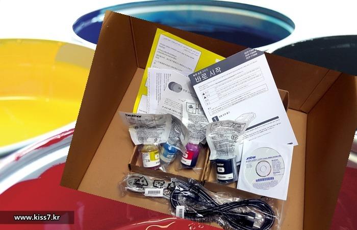 사진: 브라더코리아의 브라더프린터와 함께 제공되는 설명서와 부속들. 전원케이블선, USB연결선, 기본 잉크 4종, 설치CD, 간단한 메뉴얼이 함께 들어 있다. [가정용프린터 복합기 제품들]