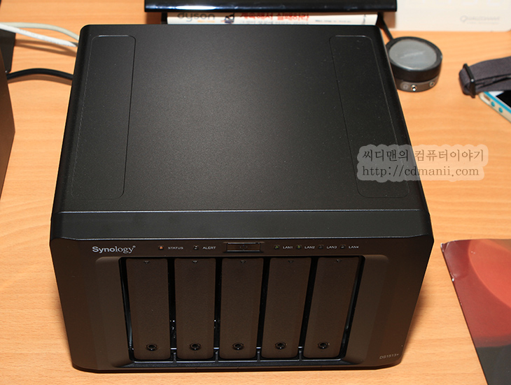 시놀로지 퀵커넥트, 이용해서 바로, 다운로드 받기,Synology QuickConnect,Quickconnectto.퀵커넥트,간단접속,관리자페이지,시놀로지,씨놀로지,시놀로지 퀵커넥트 이용해서 바로 다운로드 받는 방법을 소개하려고 합니다. Synology DS1513+ 외에 415Play를 사용중인데요. 저장장치가 하나 켜있고 이것이 네트워크에 연결되어있다는 것은 네트워크만 갖춰져 있다면 언제 어디서든 접속할 수 있다는 이야기가 됩니다. 시놀로지 퀵커넥트는 최초에 NAS를 셋팅할 때 퀵커넥트 아이디를 만들게 되는데 이것으로 쉽고 간단하게 앱으로 접속하거나 주소로 직접 접속하거나 할 수 있게 합니다. 이번 시간에서는 아이디를 통해서 앱으로 접속하는것이 아니라 퀵커넥트 주소를 이용해서 직접 관리자페이지로 접속을 하고 그 후 파일을 살펴보며 다운로드도 하는 방법을 소개하려고 합니다. 시놀로지 퀵커넥트로 연결후 작업하면 몇가지 장점이라면, 상당히 익숙한 시놀로지 인터페이스를 사용할 수 있고 마우스를 이용할 수 있으므로 초보자도 쉽고 간단하게 파일을 내려받거나 업로드도 가능 합니다.