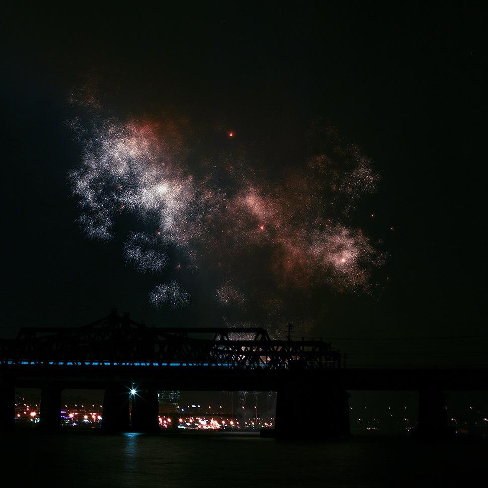 밤의 한강-불꽃놀이 축제중 사그러드는 불꽃을 담은사진이 마치 은하수처럼 보여서 붙여본 제목.