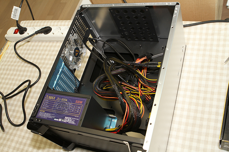 스카이레이크 조립 동영상, PC방용 게이밍 컴퓨터,컴퓨터 조립하기,컴퓨터 조립,컴퓨터 조립 동영상,IT,i5-6600,i5-6500,그래픽카드,CPU,메인보드,M.2,견적,다나와,어로스,플렉스터,스카이레이크 조립 동영상을 오랜만에 또 만들어봤는데요. PC방용 게이밍 컴퓨터 조립하기편 입니다. 비교적 저렴하면서 성능 좋은 게이밍용 컴퓨터를 만드는 방법을 배워볼 것입니다. 요즘은 조립도 무척간편하고 해야할것이 점점 줄어드네요. 그래서 이번에 만든 스카이레이크 조립 동영상은 처음 누드테스트를 하는 부분 외에는 간편 합니다. 조립을 하는 분들은 좀 더 많은 용량 또는 좀 더 나은 컴퓨터 사양을 목적으로 조립을 할텐데요. 그렇지 않으면 차라리 노트북이 나을테니까요. 게임도 쌩쌩 잘 돌아가고 꽤 빠른 성능의 컴퓨터가 이제 점점 조립이 쉬워지고 가격도 낮아지고 있습니다. 그리고 크기도 작아지고 디자인도 이뻐지고 있죠. 스카이레이크 조립 동영상을 통해서 부품 소개도 많이 할텐데요. 제품의 특징 부분은 링크를 걸어둘테니 참고하셔서 보시면 도움이 되실 것 입니다. 가장 최근에 나온 사양을 기준으로 소개해드리는 것이므로 이대로 그대로 조립하셔도 문제가 없습니다. 동영상 강좌는 가능하면 흐름을 끊지 않고 연속해서 설명했으므로 완전히 초보자가 보더라도 어렵지 않게 조립할 수 있습니다.