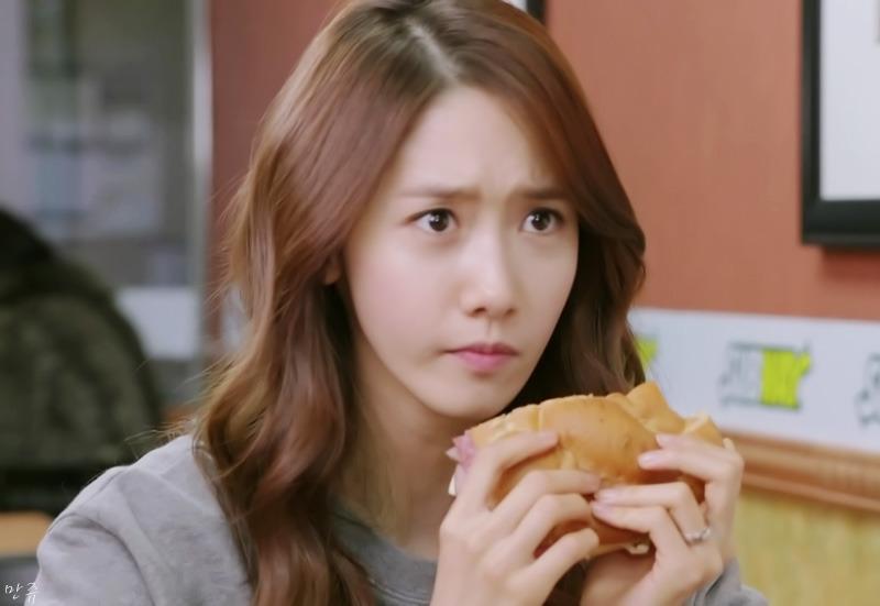 パンを食べるユナ
