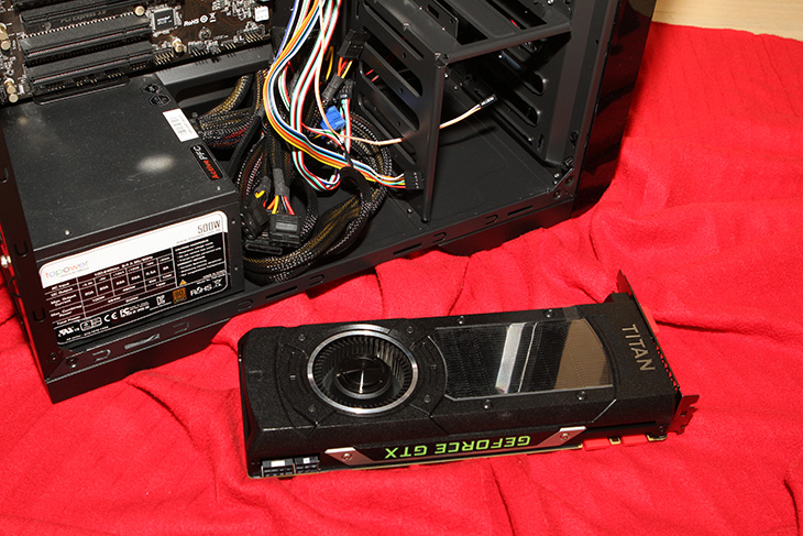 GAMEMAX X36 블랙, 컴퓨터 케이스 후기,게임맥스,GAMEMAX,X36 케이스,컴퓨터 케이스,IT,컴퓨터,IT 제품리뷰,후기,사용기,GAMEMAX X36 블랙 컴퓨터 케이스 후기를 올려봅니다. 컴퓨터 케이스는 가격이 천차만별 인데요. 보통은 사용자들은 저렴하면서도 조립이 편하고 관리가 편한 케이스를 찾기 마련 입니다. 최근에 나온 케이스들은 비교적 저렴하면서도 짜임새가 좋은 케이스가 많습니다. GAMEMAX X36 블랙은 전체적으로 검은색 색상인데 유광의 번뜩이는 부분과 타공망이 있는 부분을 썼고 전체적으로 길이를 줄이면서도 내부 공간은 넓게 만든 그런 케이스 입니다. 그런데 유광으로 된 부분의 재질은 평가가 나뉠 것으로 보이네요. 유광 재질이 처음에는 번쩍여서 멋져보이긴 하지만 오래사용하다보면 먼지와 스크레치에 그대로 노출 되기 때문이죠. 그런데 쿨링에는 꽤 신경을 썼습니다. 전면에는 2개의 쿨링팬이 그리고 후면에는 1개의 쿨링팬이 들어갑니다. 상단에도 팬을 추가 장착해서 쿨링을 강화할 수 있습니다. 물론 저는 저소음을 좋아하지만요. 그럼 GAMEMAX X36 블랙를 살펴보겠습니다.