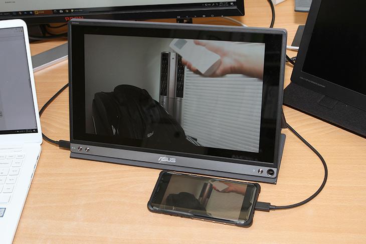 ASUS ,ZenScreen ,MB16A, USB-C 모니터, 디자인, 달라진점,IT,IT 제품리뷰,포터블 모니터로 괜찮은 제품 소개 합니다. 연결 방식도 간단하죠. ASUS ZenScreen MB16A USB-C 모니터 디자인과 달라진점을 알아볼텐데요. 이전 모델도 저는 사용 중 인데요. 일단 디자인이 좀 달라졌습니다. ASUS ZenScreen MB16A는 베젤이 좀 더 슬림해졌고 화면 사이즈에 비해서 전체적인 사이즈가 더 작아졌습니다. 화면의 밝기도 좀 더 밝아진 느낌이 드네요. 연결방식도 USB-C와 USB-A 둘다 가능하도록 변경이 되었습니다. 앞으로 점점 노트북에 USB-C 단자가 많아지고 있는데 더 편리하게 연결이 가능한 모니터가 될 듯 합니다.