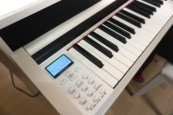 커즈와일, CUP320, 디지털 피아노, 사용 후, 느낌, 정리,IT,IT 제품리뷰,인테리어,와이프가 꼭 갖고 싶다고 해서 기회를 얻었는데요. 그래서 한달가까이 사용을 해 봤습니다. 커즈와일 CUP320 디지털 피아노 사용 후 느낌 정리를 해 볼건데요. 좀 더 자세히 적은 글이 따로 있으니 그 글도 참고해주세요. 커즈와일 CUP320 디지털 피아노는 손가락을 따로 써서 두뇌 활동에도 도움이 된다는 군요. 그리고 기능도 상당히 많습니다. 실제 현을 쳐서 소리가 나오는 형태는 아니고 키를 누르면 원음이 스피커로 재생되는 형태의 디지털 피아노 입니다.